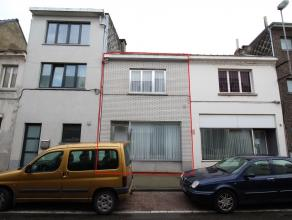 Zeer goed onderhouden, instapklare woning in centrum Sint-Niklaas. De gelijkvloerse verdieping omvat een voorplaats, een leefruimte met haard, een keu