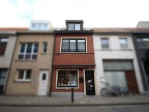 Mooie, instapklare woning met handelspand in centrum Sint-Niklaas. De gelijkvloerse verdieping bestaat uit een winkelruimte, een achterplaats met berg