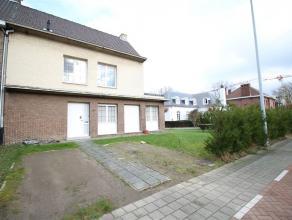 Ruime, te renoveren gezinswoning in de stadsrand van Sint-Niklaas. De gelijkvloerse verdieping omvat een inkomhal met gastentoilet, een leefruimte, ee