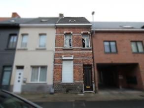 Te renoveren woning met tuin in centrum Sint-Niklaas. De gelijkvloerse verdieping omvat een inkomhal, een leefruimte met zicht op de tuin, een open ke