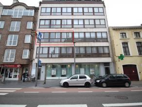 Zeer ruim appartement met prachtig uitzicht over de Grote Markt van Sint-Niklaas. Het is gelegen op de 2e verdieping van een gebouw met lift en omvat
