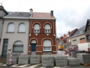 Ruime, op te frissen gezinswoning in centrum Sint-Niklaas. De gelijkvloerse verdieping omvat een inkomhal, een leefruimte, een toilet, een keukenruimt