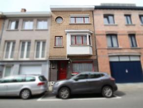 Ruime, op te frissen woning op wandelafstand van de Grote Markt van Sint-Niklaas. De gelijkvloerse verdieping omvat een hal, een leefruimte met houtka