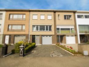 Ruime, zeer goed onderhouden woning met tuin en garage. De gelijkvloerse verdieping omvat een mooie inkomhal, een grote garage met automatische poort