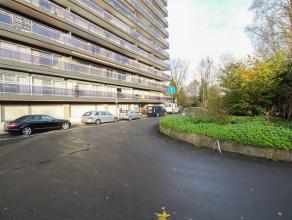 Opgefrist, instapklaar appartement in centrum Sint-Niklaas. Het omvat een inkomhal met vestiairekasten, een mooi leefruimte met veel lichtinval, een k