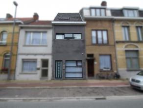 Ruime, instapklare gezinswoning in centrum Sint-Niklaas. De gelijkvloerse verdieping omvat een inkomhal met plaats voor fietsen, een leefruimte met ha