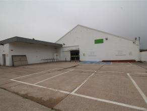 Zeer grote handelsruimte met parking in centrum Sint-Niklaas met een totale oppervlakte 3803 m². Het pand zelf omvat een volledig betegelde winke