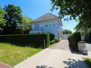 Zeer ruim, statig landhuis op een perceel van 1203 m², gelegen in de stadsrand van Sint-Niklaas. De gelijkvloerse verdieping omvat een inkomhal m