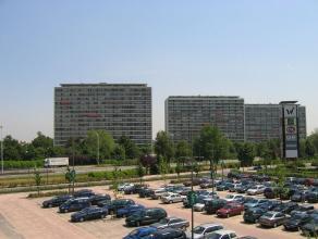 Dit appartement in centrum Sint-Niklaas is gelegen vlakbij het Waasland Shopping Center en bestaat uit een inkomhal met vestiairekasten die uitgeeft o