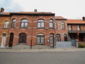 Ruime, instapklare gezinswoning met tuin en garage in centrum Sint-Niklaas. De gelijkvloerse verdieping omvat een inkomhal, een leefruimte met eetplaa