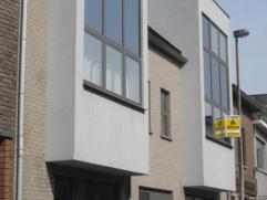 Tof modern duplexappartement met garage en groot zonneterras. 1e verdiep: inkomhal, toilet, ruime living, open ingerichte keuken met alle toestellen,