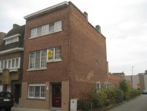 In centrum gelegen Art-decowoning met dubbele garage en 6 slaapkamers. Indeling: gelijkvloers: inkomhal, toilet, kelder, voorplaats/bureau, ruime livi