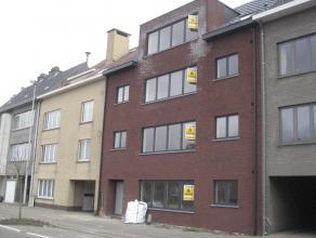 Nieuwbouwappartement met centrale ligging: hall, living, keuken, apart toilet, badkamer (ligbad + douche), berging aan keuken, 2 slaapkamers, groot te