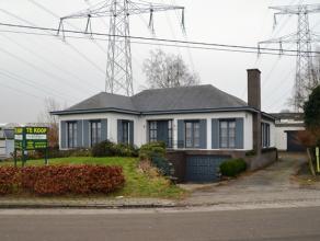 Centraal gelegen open bebouwing met magazijn/werkplaats en burelen gelegen in de KMO- en ambachtelijke bedrijvenzone. Indeling woning : ruime garage m