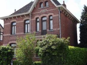 Charmant en ruim Herenhuis met 4 slaapkamers ideaal voor een groot gezin of zelfstandige. Garage en werkplaats 150 m².