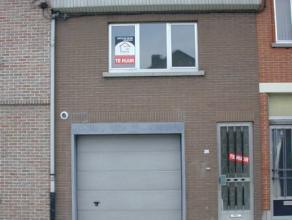 Verzorgde woning centrum Lokeren, woning met 2 slpks, tuin, garage, tuin, living, keuken, badkamer. Geen huisdieren toegelaten. EPC 254 kWh/m². V