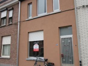 Gerenoveerde woning met 2 slaapkamers, living, nieuwe keuken, badkamer, berging, tuin, tuinhuis. EPC 235 kWh/m². Geen huisdieren toegelaten. Besc