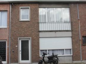 Rustig gelegen ruime woning met 2 grote slaapkamers, ruime living, hall, berging, keuken, veranda, terras, badkamer. EPC 373 kWh/m². Vrij op 1/6/