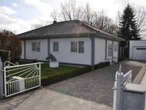 Moerbeke, Oostvaart 42: Verzorgde open bebouwing type bungalow op 870m² grond. Ind.: Inkomhal, living in kurkvloer en houtcassette, veranda 18m&s