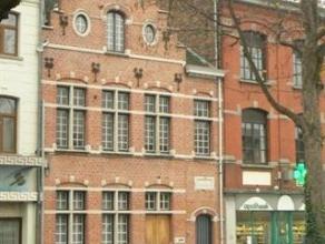 In centrum Dendermonde, Duplex appartement op, het 1ste en 2de verdiep in charmant herenhuis met zicht op de Dender. Inkom, eetplaats met ingerichte k