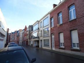 Centraal gelegen in het centrum van Dendermonde, 1slaapkamer app. op de 1ste verdieping (trap), bestaande uit inkomhal, living, keuken, berging voor w
