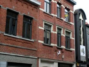 Dendermonde, Bogaerdstraat 28 bus 3 (2e verdieping)Centraal gelegen gerenoveerd appartement met 1 slaapkamer en ruim terras. Inkomhal. Woonkamer met a
