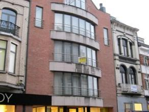 Dendermonde, Vlasmarkt 6 bus 2.In het hart van de stad gelegen ruim appartement met zicht op de Sint-Pieter- en Paulusabdij en de Vlasmarkt. Gebouw me