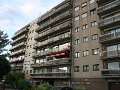 Op 1km van de stad, rustig gelegen gezellig appartement met alle comfort, in zeer degelijke nette staat. Indeling:Inkomhal met vestiaire. Rechtop de w