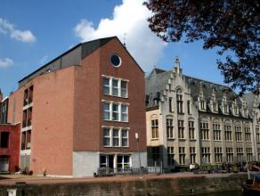 Dendermonde, grote markt 3 bus 5.Aan het stadhuis van Dendermonde en palende aan de Dender, schitterend gelegen appartement in gebouw met lift.Indelin