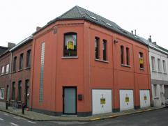 Dendermonde, Leo Bruynincxstraat 50.Centraal gelegen interessante opbrengsteigendom bestaande uit 3 garages en een ruime woonst met 2 slaapkamers en t