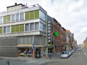 Dendermonde, Kerkstraat 69.Centraal en commercieel gelegen handelspand (2 verdiepingen) met bovenliggende woonst met 3 slaapkamers.Indeling:Gelijkvloe