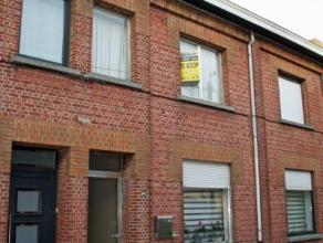 Lebbeke, Fabrieksstraat 64Gezellige gezinswoning met tuin en garage.Indeling: Inkomhal met trap naar de verdieping. Onder de trap toegang tot de kelde