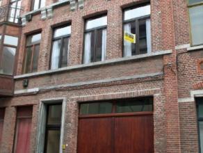 Dendermonde, St-Rochusstraat 6.In het hart van de stad gelegen belétage-woning met 3 ruime slaapkamers. (garage niet inbegrepen)Indeling:Inkom