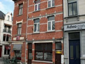 Dendermonde, Werf 3 bus 3. (3e verdieping).Centraal gelegen knus dakappartement met mezzanine.Indeling: Woonkamer met open ingerichte keuken voorzien