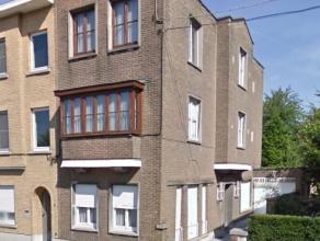 Dendermonde, Gentsesteenweg 4.In het hart van de stad gelegen te renoveren burgerswoning met garage en stadstuintje.Indeling: Ruime inkomhal met trap
