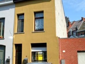 Dendermonde, Molenstraat 16.Zeer centraal gelegen knusse woning met 2 slaapkamers.Indeling: Hal. Voorplaats. Molenaarstrap naar de verdieping. Berging