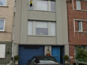 Wetteren, Noordlaan 39.Statige gezinswoning met garage in centrum Wetteren.Indeling:Gelijkvloers:Ruime inkomhal met trap naar de verdieping. Links de