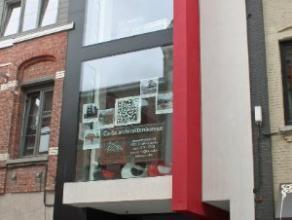 Dendermonde, Bogaerdstraat 14 ? gelijkvloers.Centraal gelegen gelijkvloers handelspand of kantoorruimte.Moderne nieuwbouw met binnenin een industri&eu