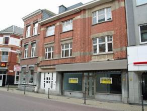 Dendermonde, Brusselsestraat 102.In het centrum gelegen handelspand of kantoorruimte met mooie façadebreedte. Indeling: Links en rechts van de