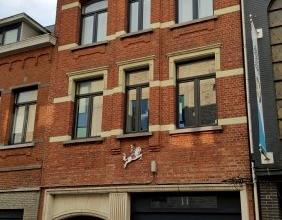 Dendermonde, Bogaerdstraat 28 bus 4.Centraal gelegen volledig vernieuwd gezellig dakappartement met 1 slaapkamer.Indeling:Hal. Rechtop de slaapkamer.
