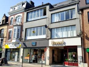 Dendermonde, Brusselsestraat 24 bus 3.Stijlvol gerenoveerd appartement in het hart van de stad.Indeling:Inkomhal. Vooraan de ruime woonkamer met zicht