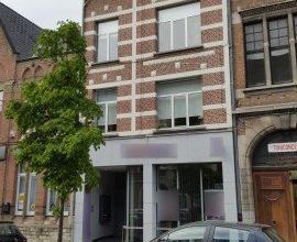 Dendermonde, Kerkstraat.Centraal, vlakbij Grote Markt gelegen totaal vernieuwde kantoorruimte. Ideaal voor vrije beroepen, verzekerings- of bankkantoo