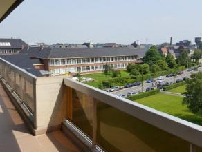 Dendermonde, Krijgshof II bus 139. (5e verdieping)Vlakbij het station gelegen volledig gerenoveerd ruim appartement met 3 slaapkamers en groot terras.