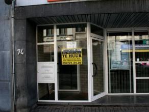 Dendermonde, Brusselsestraat 94.Zeer centraal gelegen kantoor-, praktijk- of archief/opslagruimte. Uitermate geschikt voor wie geen nood heeft aan een