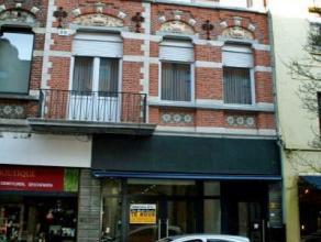 Dendermonde, Brusselsestraat 101.In het centrum gelegen handelspand of kantoorruimte met een oppervlakte van meer dan 300 m².Indeling: Inkom via