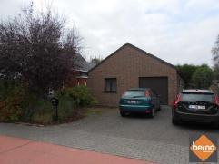 Nabij het centrum van Londerzeel vinden we deze laagbouwwoning met 2 slaapkamers, garage en tuin. Indeling: ruime inkomhal voorzien van apart toilet e