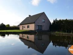 Deze recente woning (bwj 2000) is gelegen te Weert op een unieke locatie aan de Schelde met achteraan uitzicht op natuurgebied.Indeling glv.: Inkom, h
