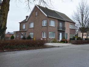 Deze ruime woning met vele mogelijkheden waarvan het gelijkvloers recent werd gerenoveerd, is gelegen nabij het centrum van Hingene . Indeling gelijkv