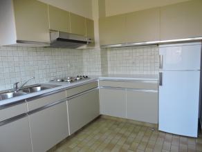 Dit appartement heeft een ideale ligging, dichtbij het centrum, vlotte bereikbaarheid naar Aalst en autosnelwegen. Het omvat 2 ruime slaapkamers, een