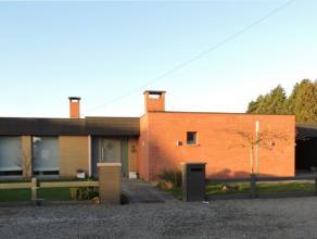 Deze instapklare, rustig gelegen bungalow met veel lichtinval biedt u vele mogelijkheden. De woonkamer met open haard en open keuken maakt van deze ge